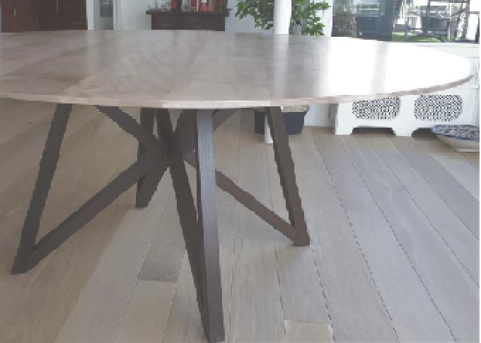 Foto van iepenhouten tafel