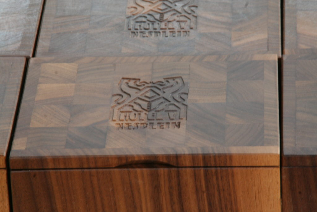 Meubelmakerij Theo Ruigrok: kistje met inscriptie
